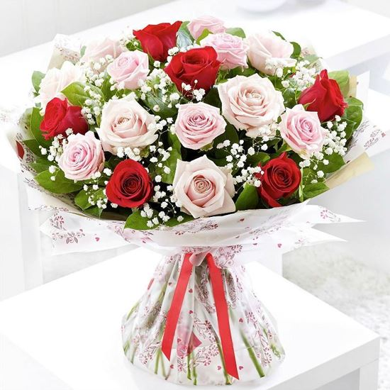 Picture of Classical and elegant bouquet with pink and red roses and baby´s breath.