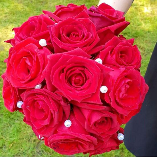Picture of Classic round wedding bouquet with roses in desired color and pearls.