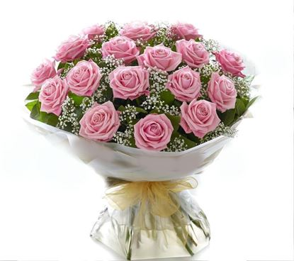 Picture of Classical and elegant bouquet with pink roses and baby´s breath.
