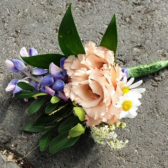 Picture of The groom's boutonniere matching wedding bouquet n.67.