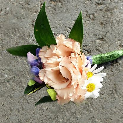 Picture of Groomsmen boutonnieres matching wedding bouquet n.67.