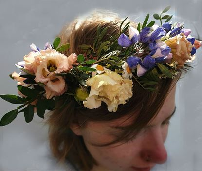 Picture of Flower crowns matching an Icelandic fairy seasonal wedding bouquet n.67.