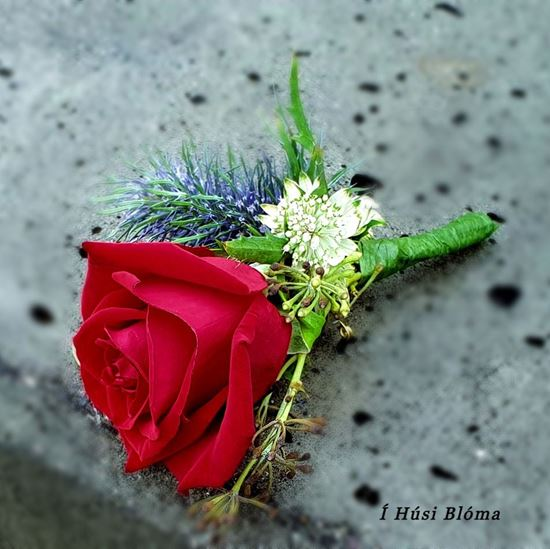 Picture of Groomsmen's boutonniere matching wedding bouquet n.12